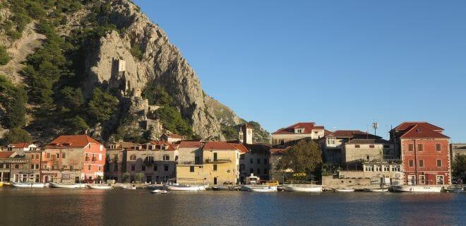 Blick auf Omis in Kroatien