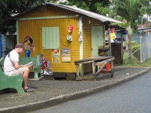 Bunter Kiosk in Charlotteville auf Tobago