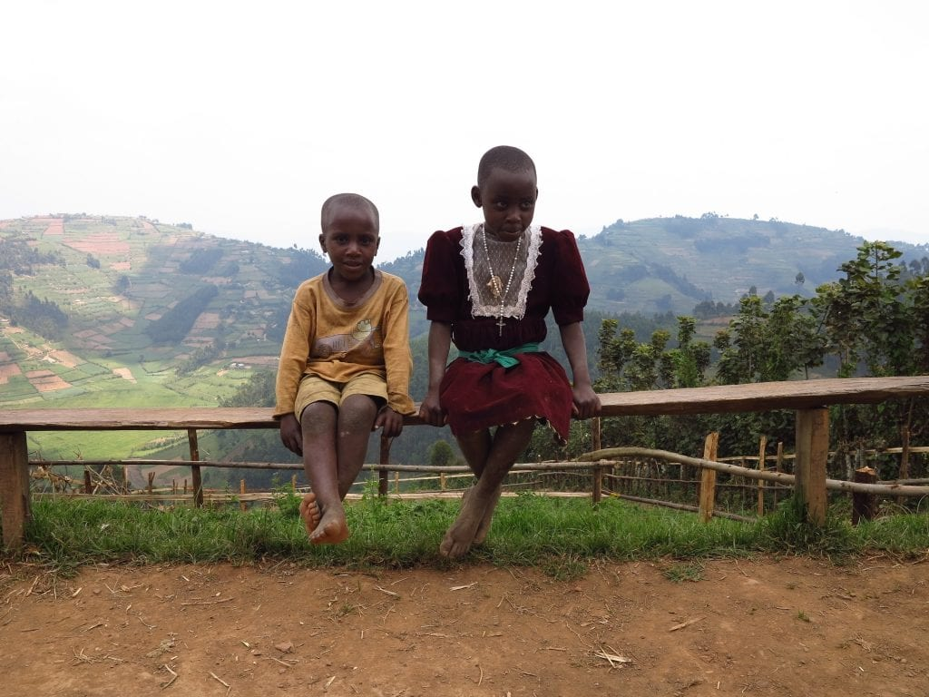 Kinder im Bwindi National Park in Uganda