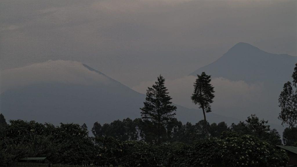 Vernebelte Virunga-Berge in Ruanda