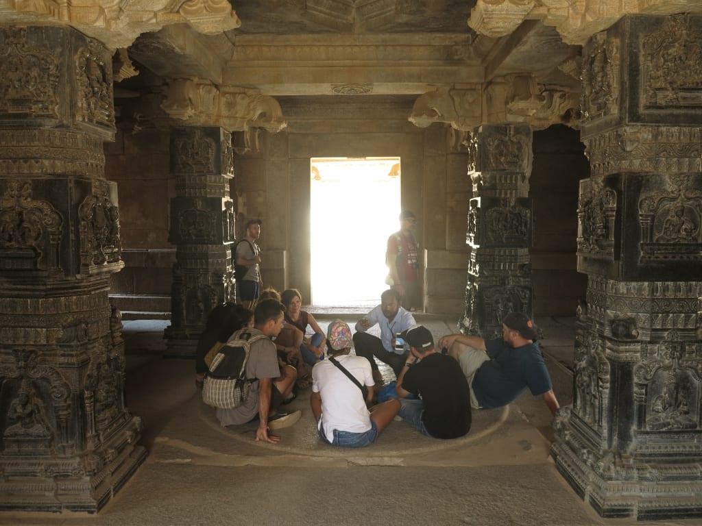 Touristengruppe in einem Tempel in Hampi in Indien