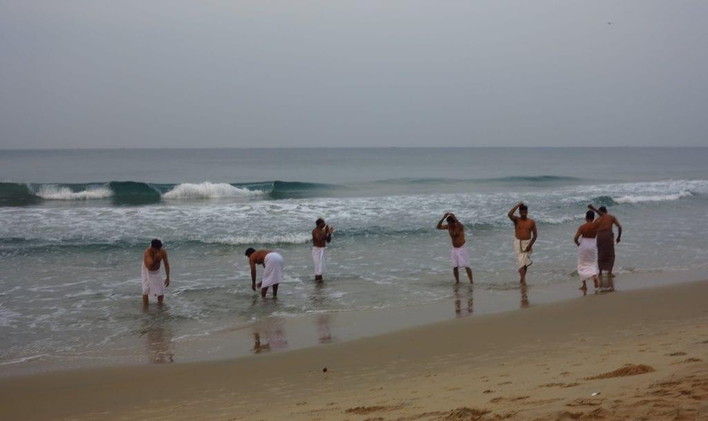 Hindupilger am Strand von Varkala
