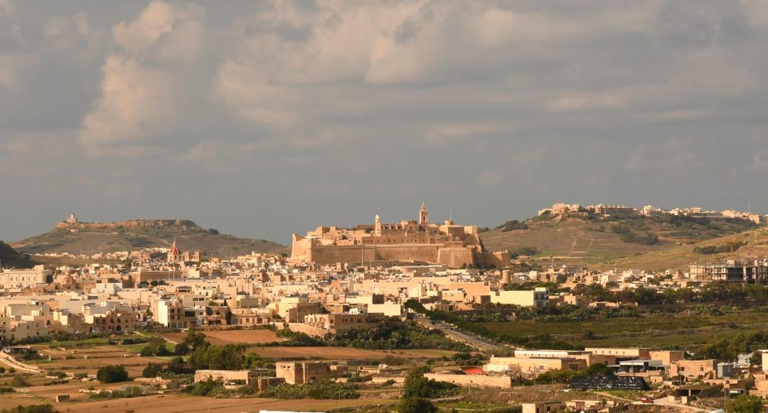 Festung über einer Stadt in hellen Farben