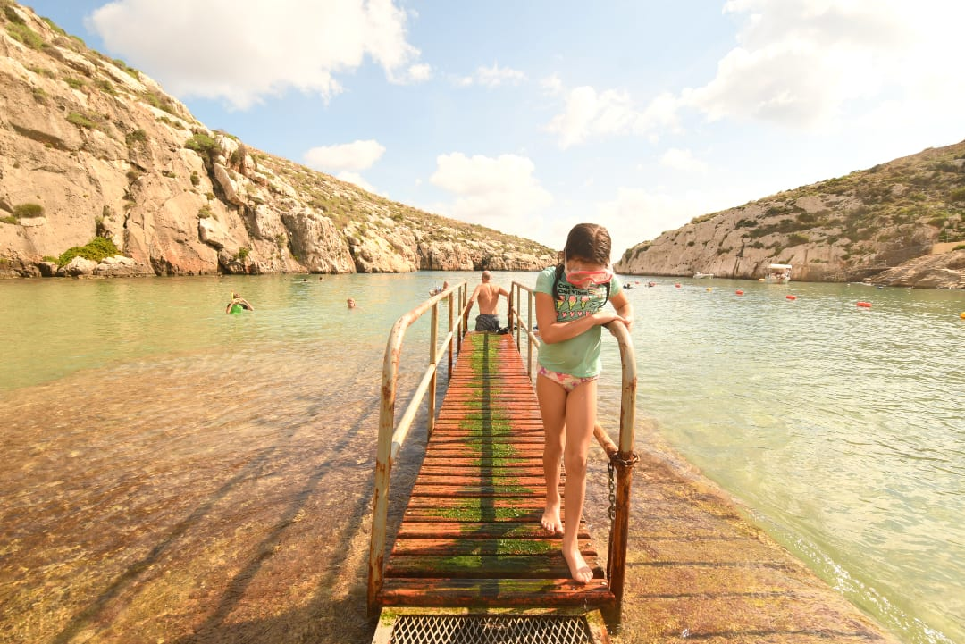 Kind mit Taucherbrille am Meer