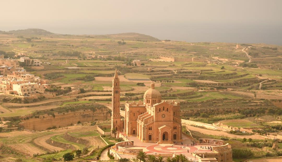 Kirche in grüner Landschaft