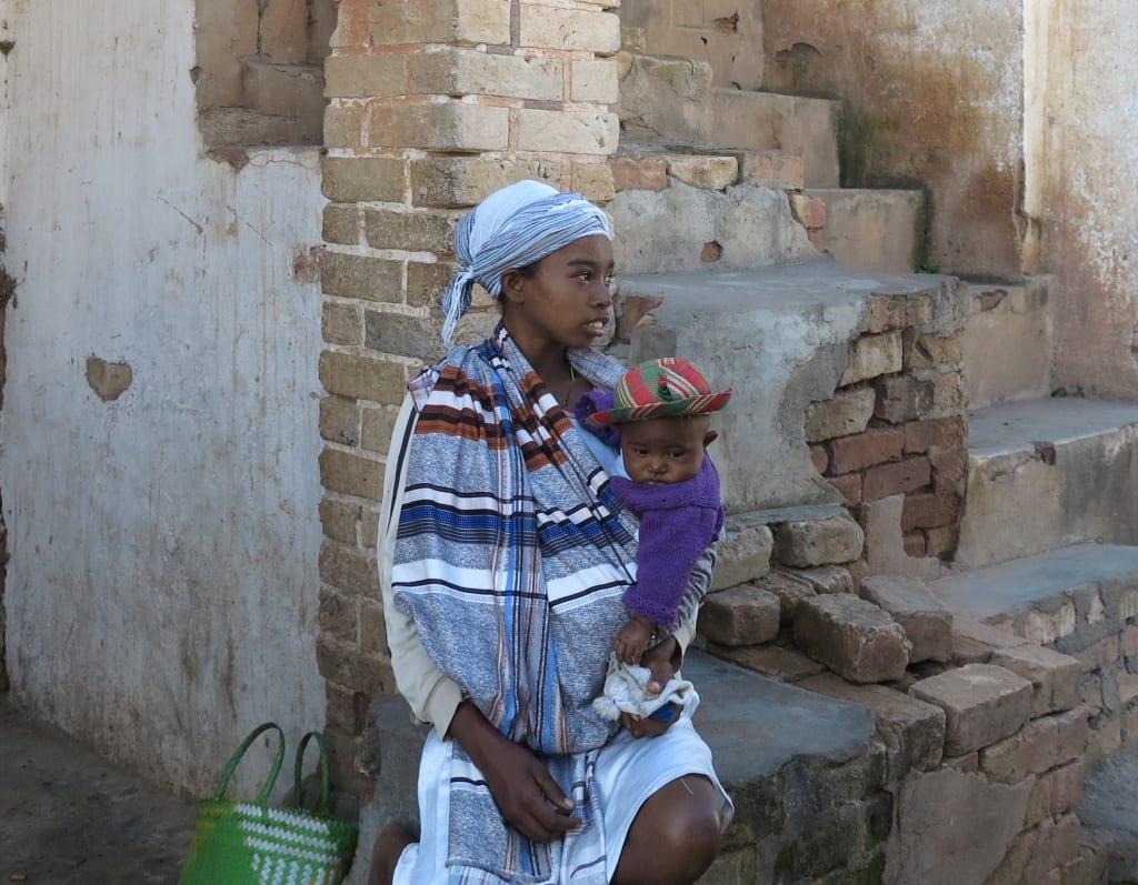 Frau mit Kind in Madagaskar