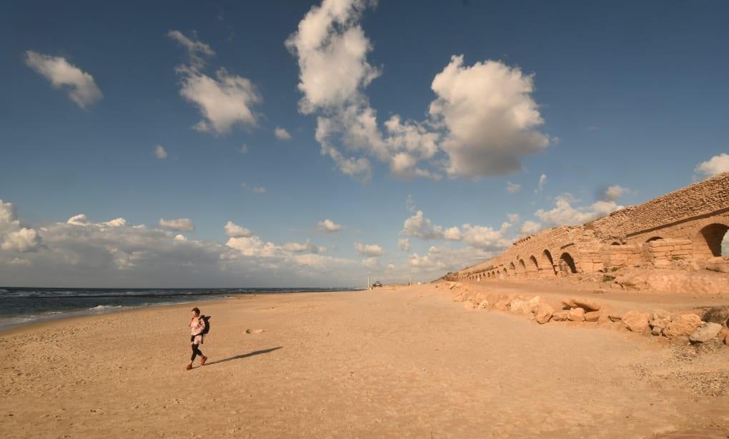 Aqueduct Beach von Caesarea in Israel