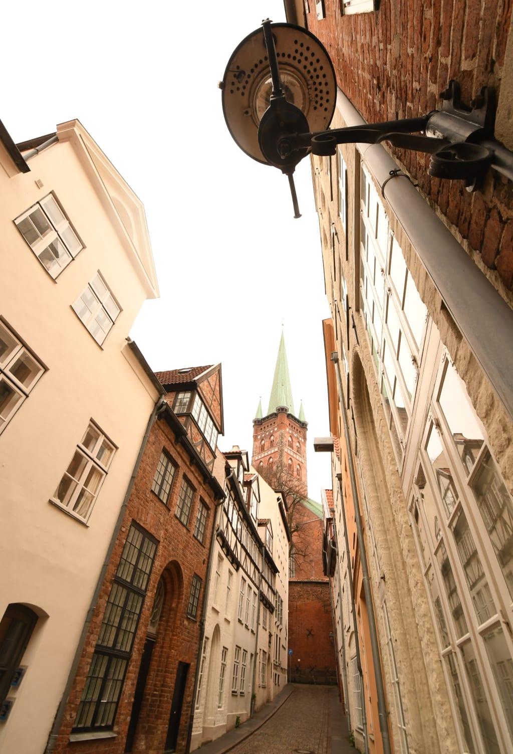 Die Lübecker Altstadt kennzeichnen Backsteintürme