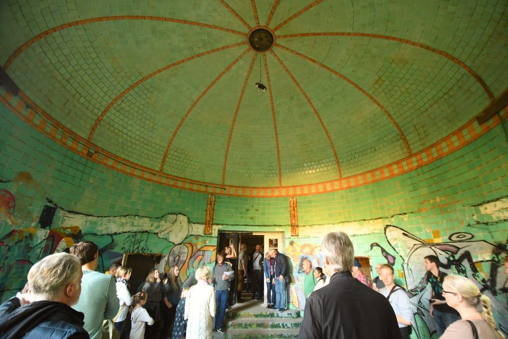 Menschen unter einer grünen Kuppel