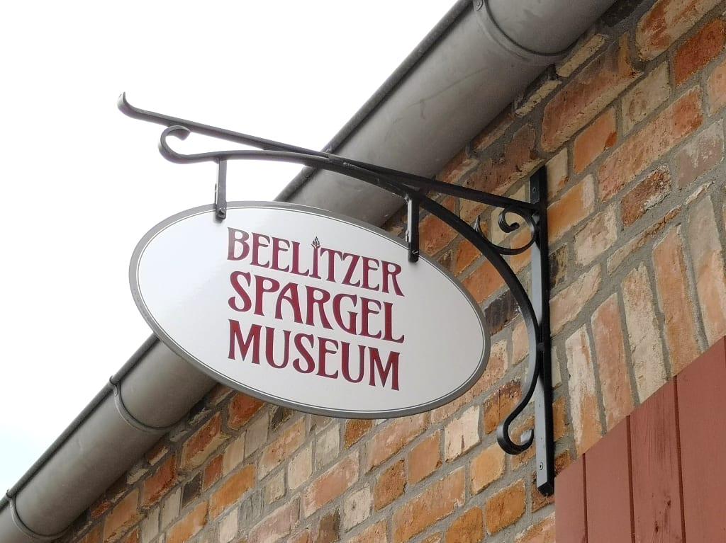 """Schild mit der Aufschrift """"Beelitzer Spargelmuseum"""""""