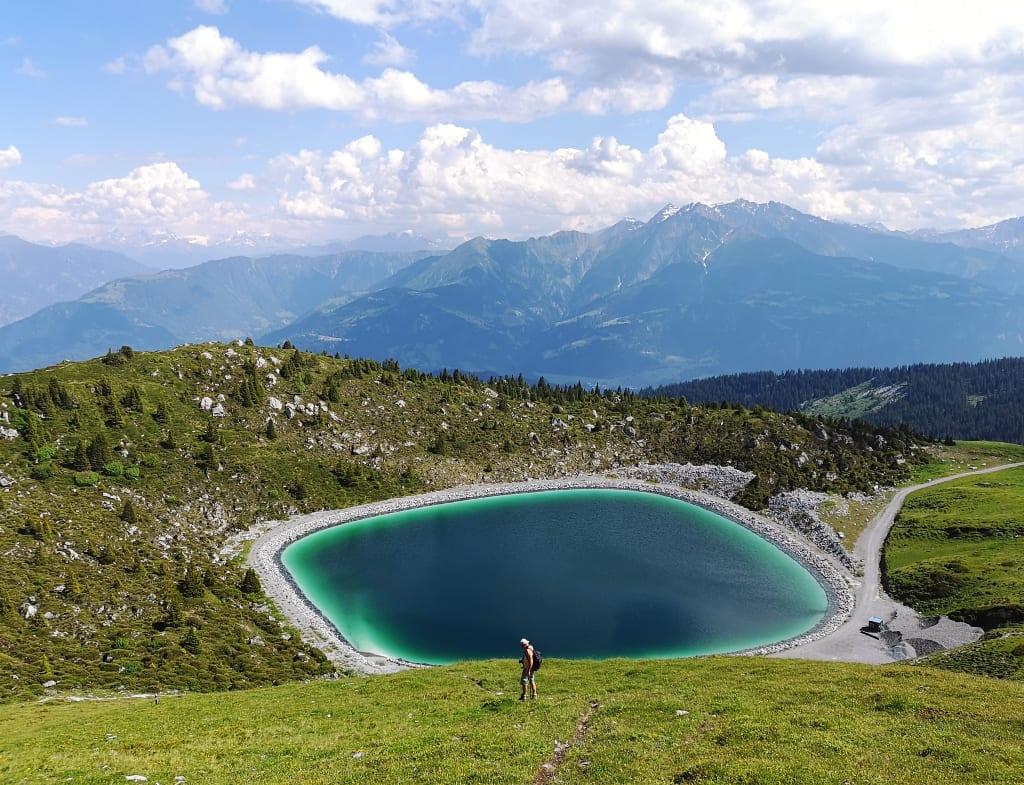 Becken mit türkisfarbenen Rändern in den Bergen