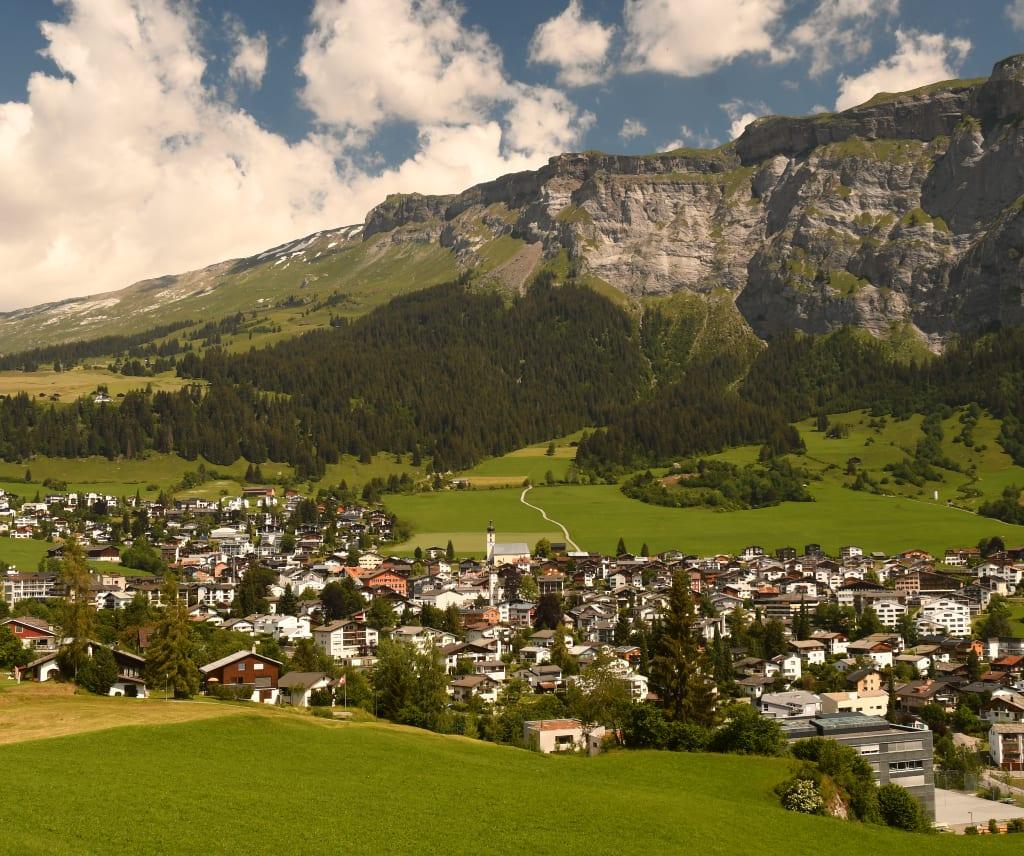 Blick auf eine Kleinstadt in den Bergen