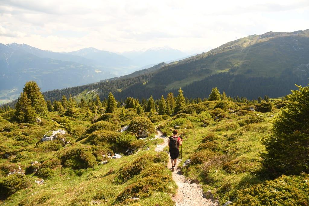 Frau läuft auf einem Wanderweg