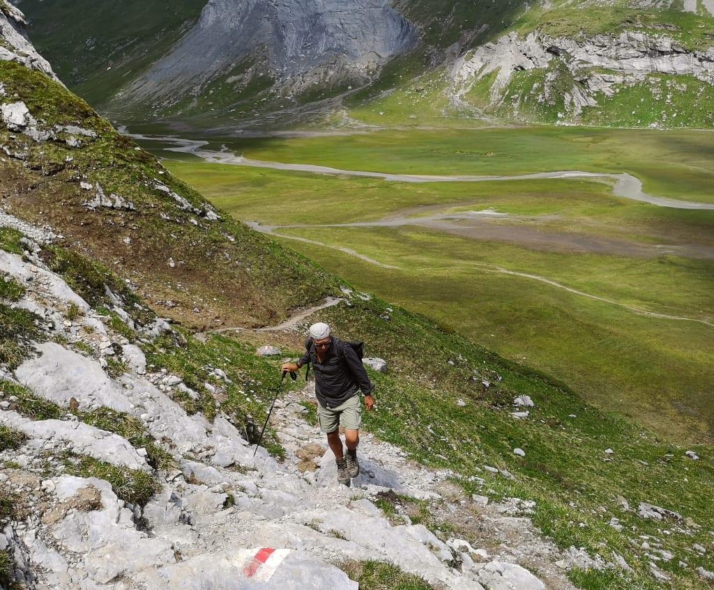 Mann wandert durch Berglandschaft