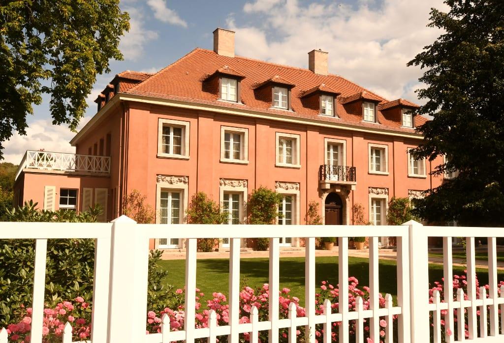 Rosafarbene Villa Blumen Zaun