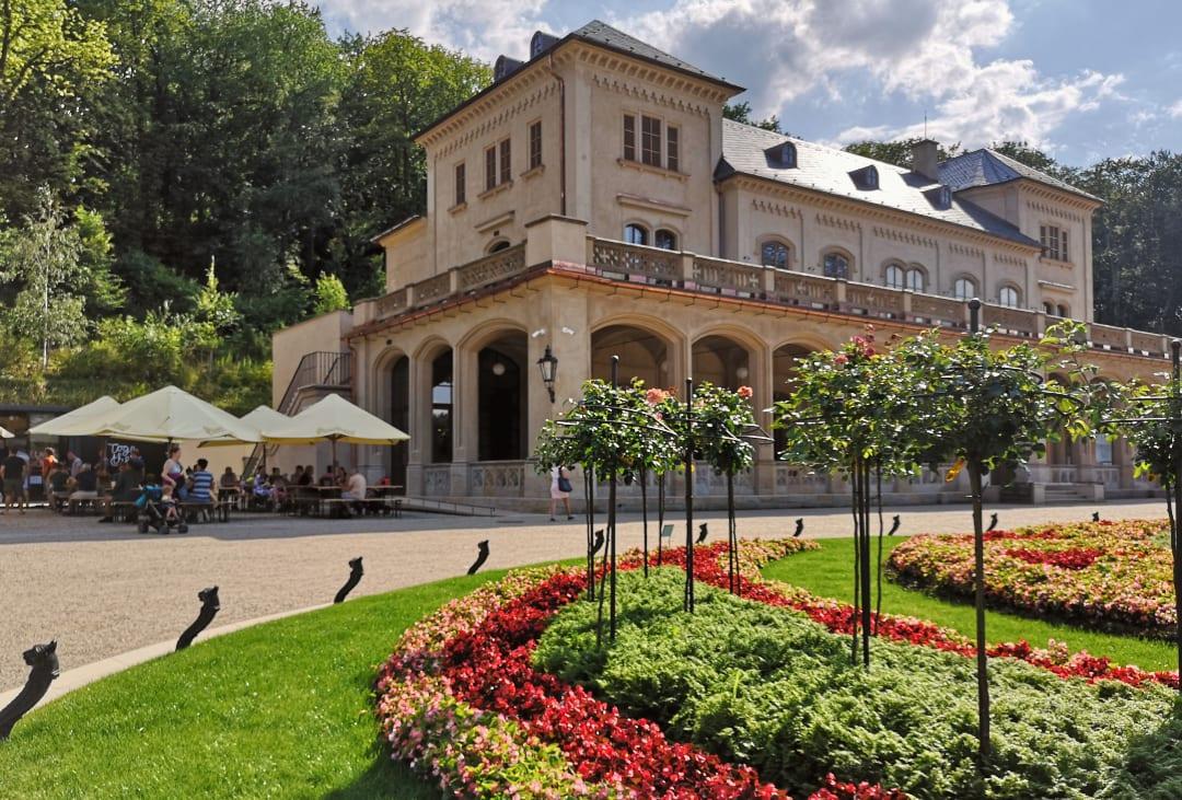 Barockpalast mit Blumenrabatten