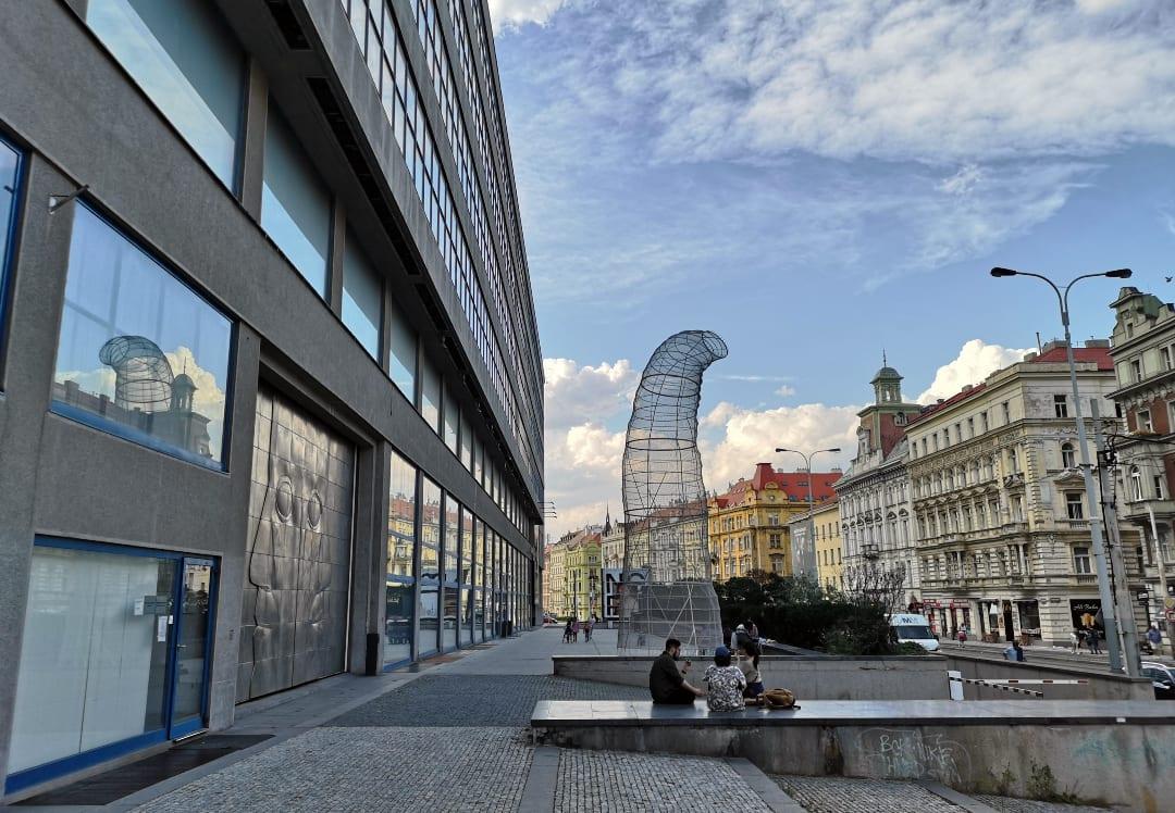 Straße mit Kunst und historischen Gebäuden
