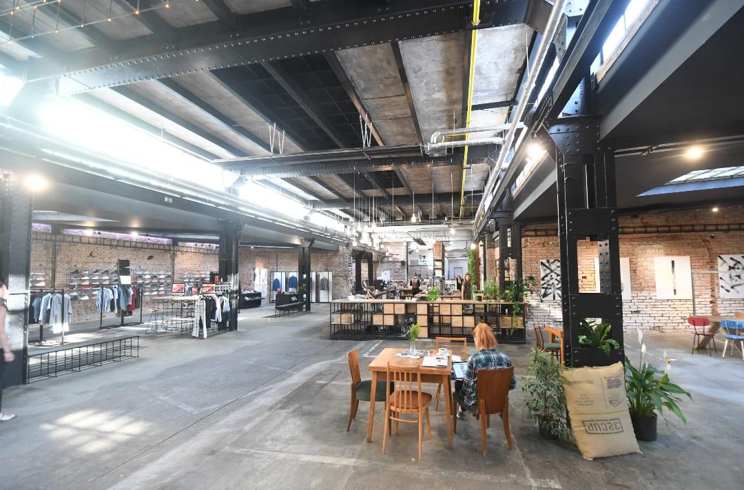 Café und Shop in Fabrikhalle