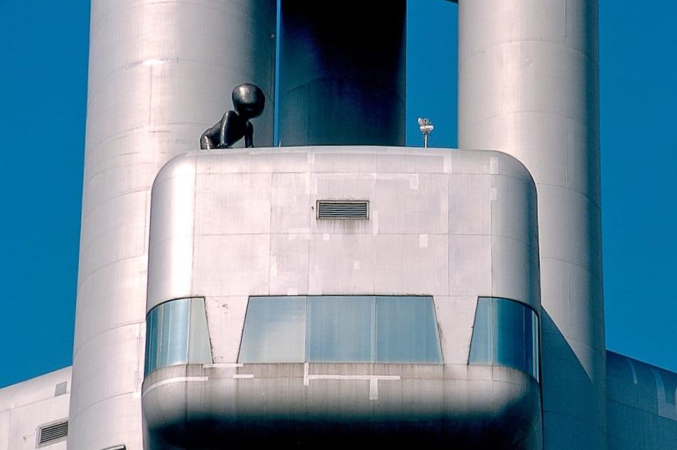 Metallbaby auf Bauwerk