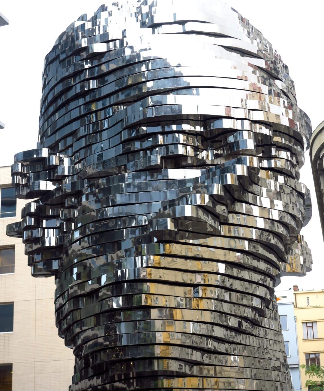 Zerfließende Metallskulptur Kopf