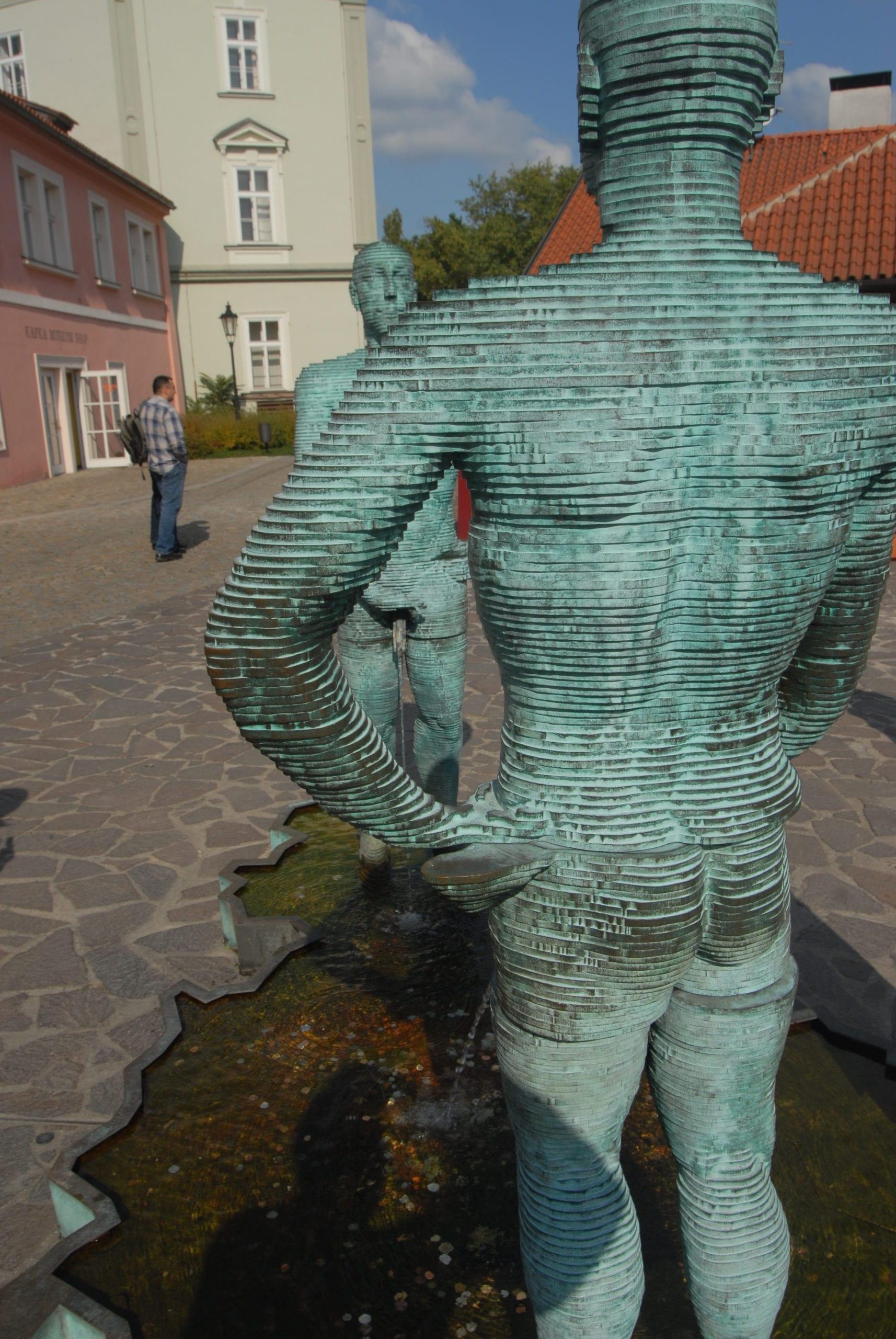 Pinkelnde Bronzestatuen